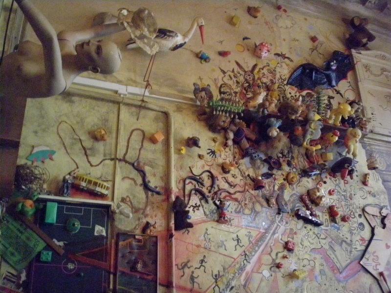 Gyerekjátékok ragadtak a falra