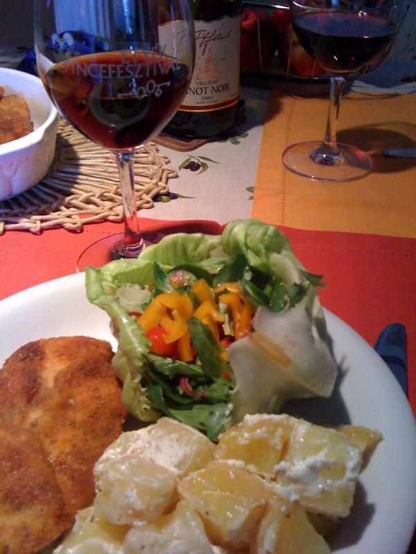 salátakosár, fokhagymás-tejfölös krumpli, csirkemell, pinot noir